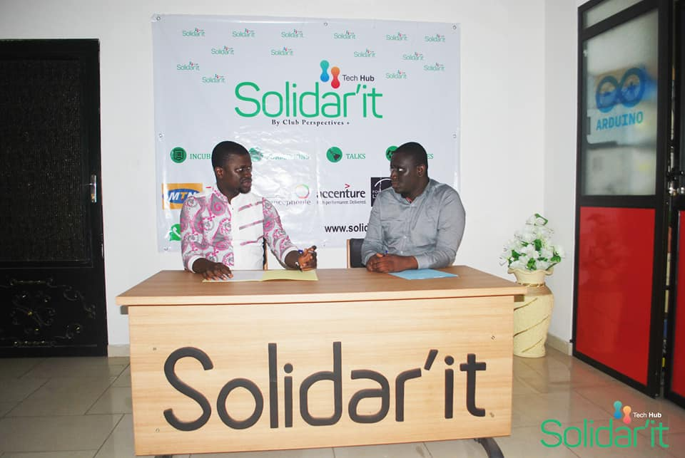 Photo de la signature du contrat d'incubation